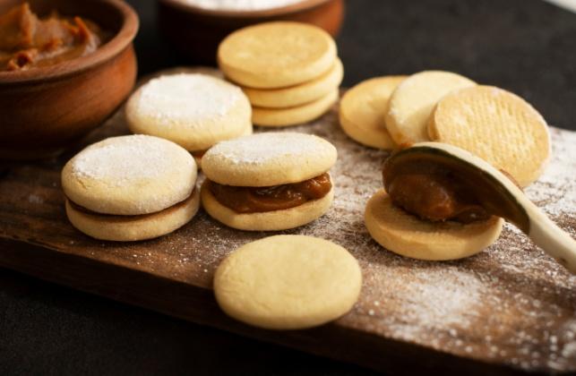 חלומי: סנדוויץ' עוגיות עם ריבת חלב ואבקת סוכר