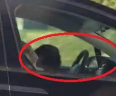 צפו: נהג ברכב אוטונומי  ישן  בכביש מהיר