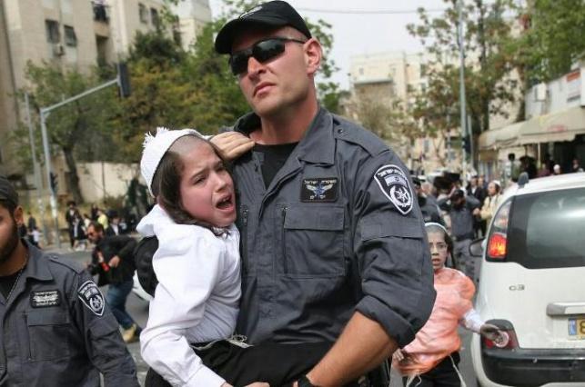 ילד חרדי קטן נעצר בהפגנות בירושלים • צפו