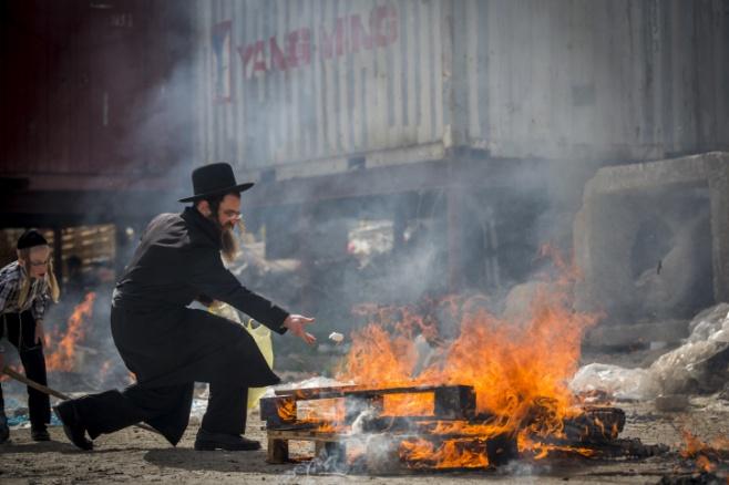 אש במאה שערים • צפו בשריפת החמץ