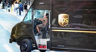 נהג של החברה פונה ימינה - למה הנהגים של חברת UPS לא פונים שמאלה?
