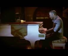 """יוני כהן בסינגל קליפ בכורה - """"יש מעלינו"""""""