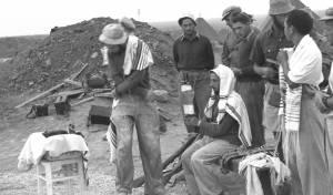 חיילים חרדים בעת הפוגה מהקרבות במלחמת העצמאות, 1948. אילוסטרציה