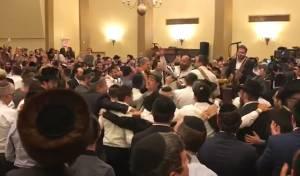 """""""וגילו ברעדה"""": סליחות בבית הכנסת של קרליבך עם יהודה גרין"""