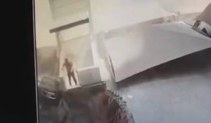 לא ייאמן: האדם יוצא בשלום מתוך ההריסות