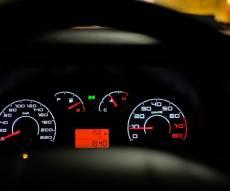 אילוסטרציה - לוח שעונים ברכב