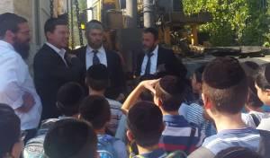 הילדים הקיפו את פמלייתו של ה'סגן' החרדי