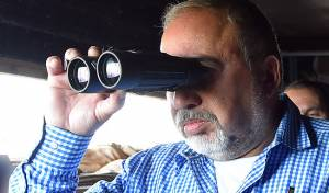אביגדור ליברמן. ארכיון - ליברמן בוחן את הסדרת המאחז חוות גלעד
