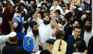 אלפי בני אדם רוקדים בהקפות השניות בכפר