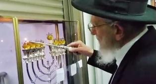 צפו בווידאו: רבי יעקב אדלשטיין מדליק נר שמיני