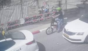 האב על האופניים, התינוק בארגז