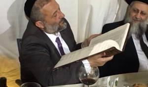 אריה דרעי והספר, אמש - העתק ראשון של ה'אור החיים' בידיו של דרעי