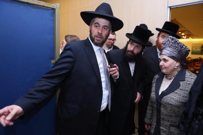 הרבנית מבעלזא עם אבי הכלה