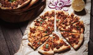"""לחמעג'ון או """"פיצה"""" בשרית"""
