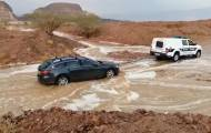 צפו: שוטרים חילצו רכבים שנתקעו בשיטפונות