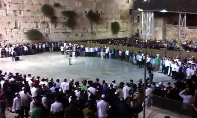 צפו: אלפים בשירת 'אני מאמין' בכותל