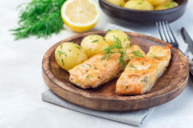 סלמון בתנור עם בייבי תפוחי אדמה ושמיר