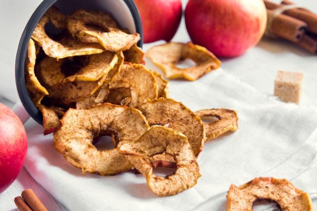 צ'יפס תפוחי עץ וקינמון ביתי שכיף לנשנש