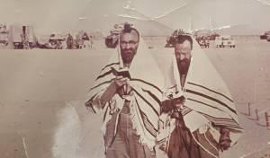 """שחרית בלב המדבר, ערב חג השבועות תשכ""""ז, צומת ביר גפגפה, האחים ר' יהושע ור' זלמן זילברשלג"""