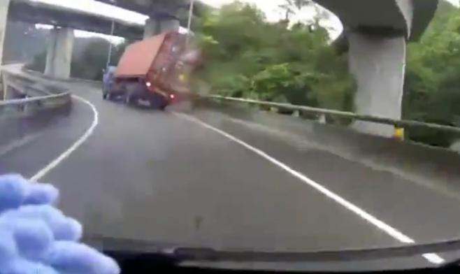 משאית מתהפכת ונעלמת מהכביש • צפו