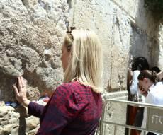 קירסטן נילסן ביקרה בכותל והודתה לאלוקים • צפו