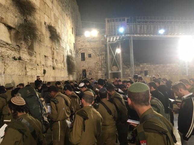 חיילי נצח יהודה בכותל