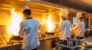 שיקרו שעובד המטבח זרק עליהם כלים. אילוסטרציה - שיקרו שעובד המטבח זרק עליהם כלים - ויפצו