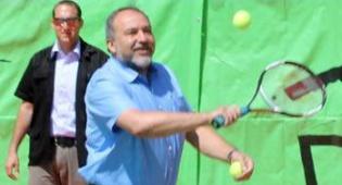 צפו: ליברמן משחק טניס