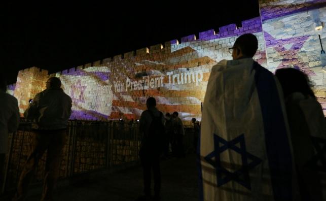 """מעבר השגרירות: דגלי ארה""""ב על חומות י-ם"""