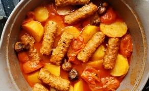 תבשיל קבב עם תפוחי אדמה ופטריות ברוטב עגבניות - ארוחה בסיר אחד שאתם חייבים לדעת להכין