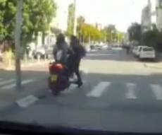 """בלב ב""""ב: האופנוע העיף את הקורקינט • צפו"""