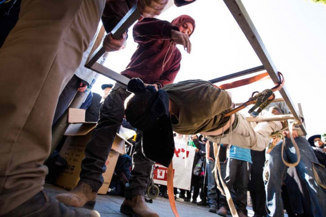 """פעילי הימין מדגימים את עינויי השב""""כ"""
