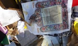 """נתניה: תנ""""ך ומסמכים זרוקים מחוץ למועצה""""ד"""