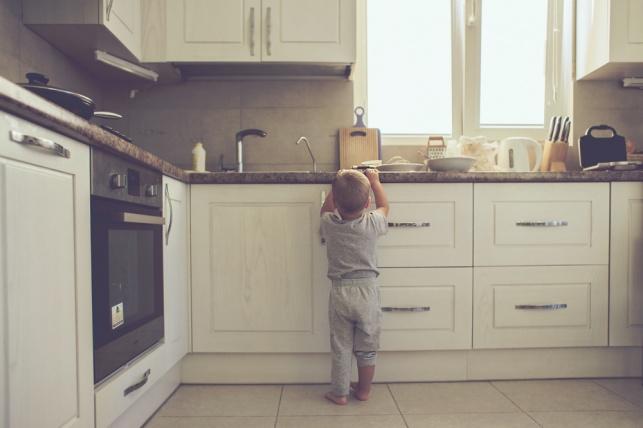 ילד כבן שנה וחצי נכווה משמן רותח במטבח