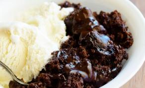 עוגת פודינג שוקולד עם פאדג' חם - תקראו לכולם, תחלקו כפיות וקדימה - להסתער!