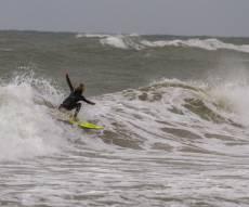 גולשי הגלים בנתניה מנצלים את הרוחות