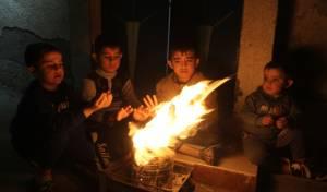 """ילדים עזתיים מתחממים ליד מדורה ממחסור בחשמל - הרש""""פ תחזור לשלם על החשמל בעיר עזה"""