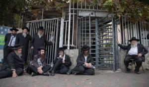 קיצונים מפגינים בפתח לשכת הגיוס בירושלים