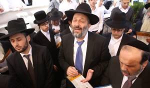 נשאר ללא מנהיג. אריה דרעי, היום - חברי הכנסת עלו לציון הרב עובדיה