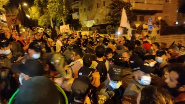 רשמי: עשרות חולי קורונה בהפגנות השמאל