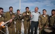 שי אברמסון ומקהלת הרבנות הצבאית: רואים רחוק