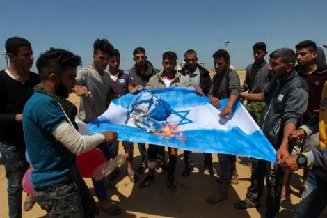 מפגינים עזתיים שורפים את דגל ישראל אתמול - הנייה: קורא לתושבי עזה להמשיך במחאה