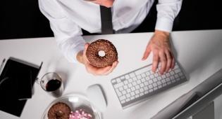 נשנושים בעבודה יכולים להגיע ל-1,292 קלוריות