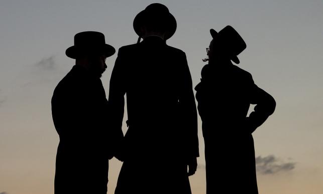 בחורים עם כובעי קטיפה. אילוסטרציה, למצולמים אין קשר לנאמר בכתבה