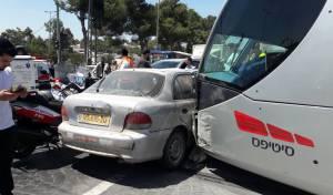 תאונת הרכבת הקלה, היום - הרכבת הקלה התנגשה ברכב, ארבעה נפצעו