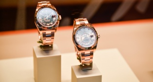 שעוני רולקס בתצוגה