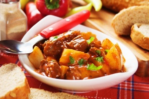 מתכון לגולאש בקר ותפוחי אדמה רך ונימוח
