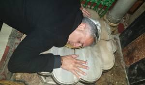 קובי פרץ התפלל על נתניהו במערת המכפלה • צפו
