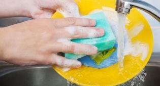 בלי חומרי ניקוי: כך תנקו את המטבח