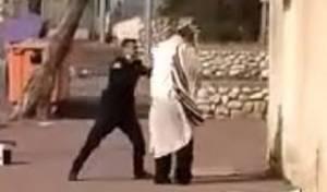 התפלל ליד ביתו, והותקף בידי שוטר • תיעוד